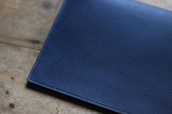 表面には藍染革[shiboai]使用